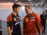 Dimitrij Ovtcharov diskutiert mit Dirk Schimmelpfennig nach der Schlägerkontrolle bei der Tischtennis EM 2009 in Stuttgart