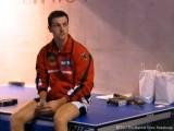 Timo Boll sitzt auf Tischtennisplatte bei der Tischtennis EM 2009 in Stuttgart