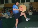Jindrich Pansky mit Riesen-Schläger artistisch auf einem Bein