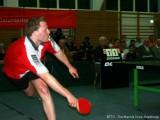 Alexander Burkard hechtet artistisch an den Ball
