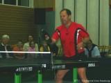 Milan Orlowsky spielt mit einem Schuh Tischtennis