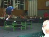 Jindrich Pansky läuft über den Tischtennistisch
