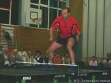 Milan Orlowsky steht auf dem Tischtennistisch