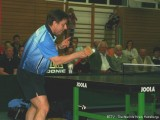 Jindrich Pansky blockt mit einem Fleischklopfer den Tischtennisball