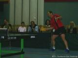 Milan Orlowsky spielt mit Brett Tischtennis