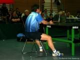 Jindrich Pansky sitzt auf einem Stuhl und ruht sich aus