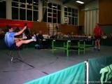 Jindrich Pansky sitzt auf einem Stuhl und spielt Ballonabwehr