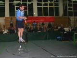 Jindrich Pansky steht auf einem Stuhl und spielt Ballonabwehr