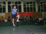 Jindrich Pansky steht auf einem Stuhl - kommt er noch an den Ball?