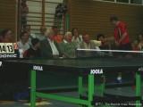 Milan Orlowsky bietet Wilhelm Krieger den Tischtennisschläger an