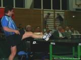 Jindrich Pansky stellt Fuß auf die Tischtennisplatte und spielt den Ball
