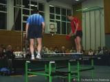 Jindrich Pansky und Milan Orlowsky stehen auf der Tischtennisplatte und spielen Tischtennis