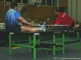 Jindrich Pansky und Milan Orlowsky liegen auf der Tischtennisplatte und spielen Tischtennis