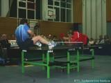 Jindrich Pansky und Milan Orlowsky liegen weiter auf der Tischtennisplatte und spielen Tischtennis