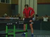 Milan Orlowsky steckt den Tischtennisschläger in die Hose