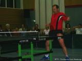 Milan Orlowsky spielt mit Tischtennisschläger in der Hose Tischtennis