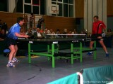 Milan Orlowsky spielt erneut Return mit Tischtennisschläger in der Hose und Pansky wundert sich