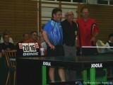 Jindrich Pansky und Milan Orlowsky nehmen den Schiedsrichter in die Mitte