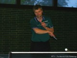 Thomas Glücker spielt den Ball knapp über das Netz.