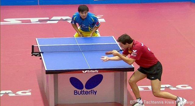 Timo Boll konzentriert beim Aufschlag gegen Wang Hao